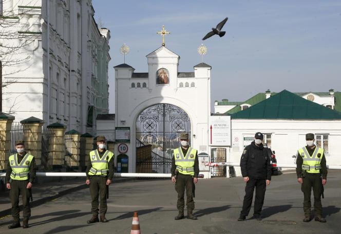 Des policiers équipés de masques devant la laure des grottes de Kiev, le 13 avril.