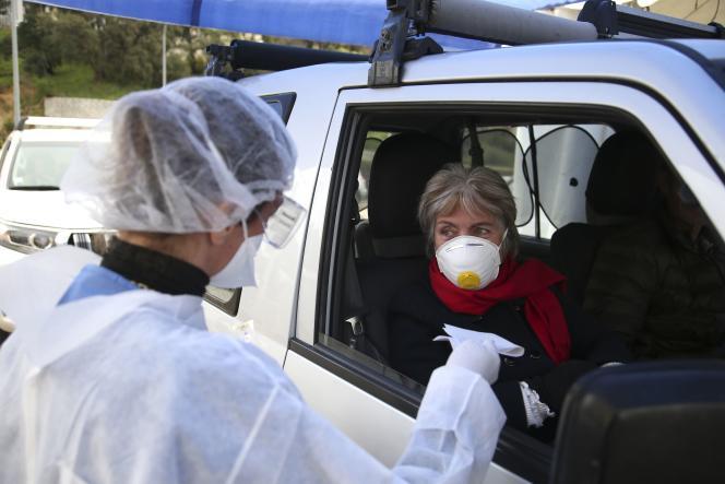 Une automobiliste effectue un test de dépistage du Covid-19, le 26 mars à Ajaccio.