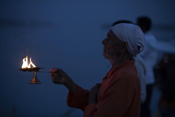 Un prêtre hindou prie devant le Gange pour contrôler la propagation du coronavirus, le 13 avril àPrayagraj (Inde).