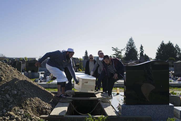 Funérailles musulmanes d'une victime du Covid-19, à Wittenheim (Haut-Rhin),le 6 avril.