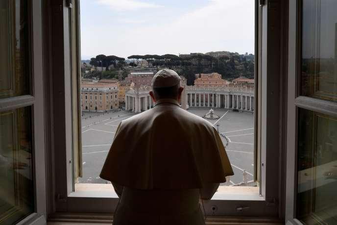 Confinement oblige, c'est une place Saint-Pierre vide que le pape François a béni à Pâques.
