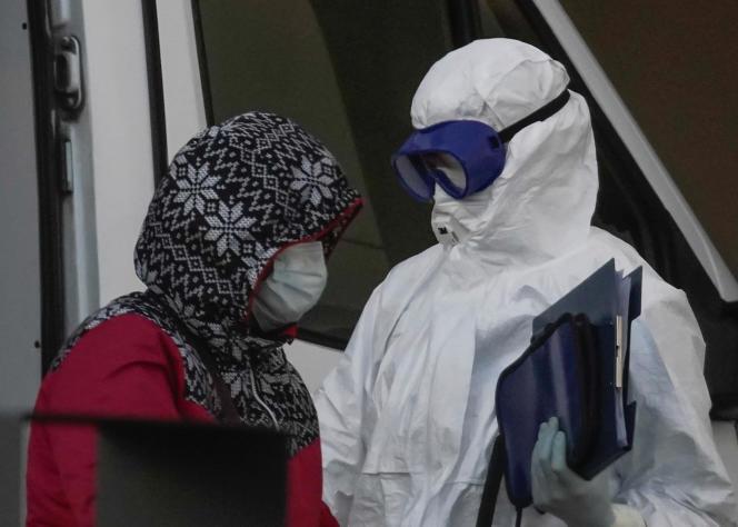 Un médecin prend en charge une femme malade du Covid-19, dans la banlieue de Moscou, le 12 avril.