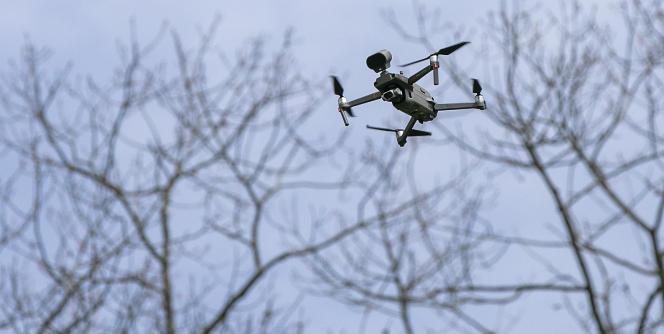 Un drone DJI utilisé par la police de Meriden (Connecticut) pour rappeler à la population les règles de distanciation sociale face à l'épidémie due au coronavirus.