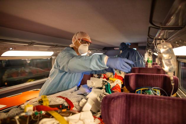 Les perfusions sont installées là où, d'habitude, les passagers accrochent leur manteau ou rangent leur valise.