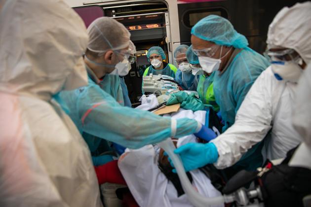 Sur les quais de la gare de Bordeaux, ce vendredi 10 avril, le personnel médical sort les patients du TGV.
