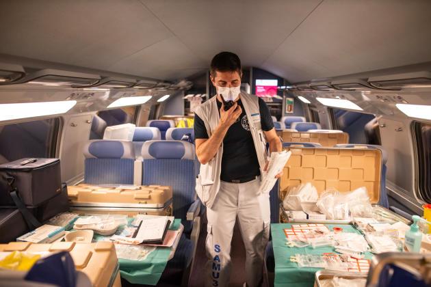 « Pharmacie» dans une voiture du TGV. Jérôme fait la navette entre les deux étages pour apporter les médicaments. Il communique par talkie-walkie.