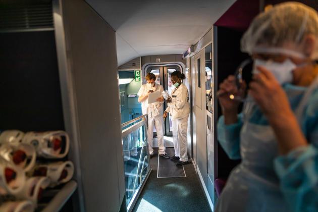 Le personnel soignant a établi ses quartiers dans les étages supérieurs des voitures.