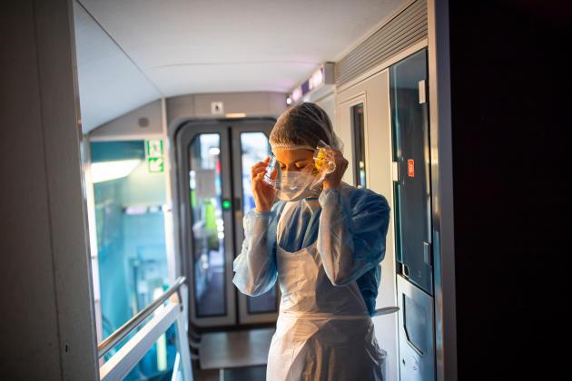 Pauline est infirmière, elle s'équipe avant d'aller voir les patients situés au rez-de-chaussée de la voiture.