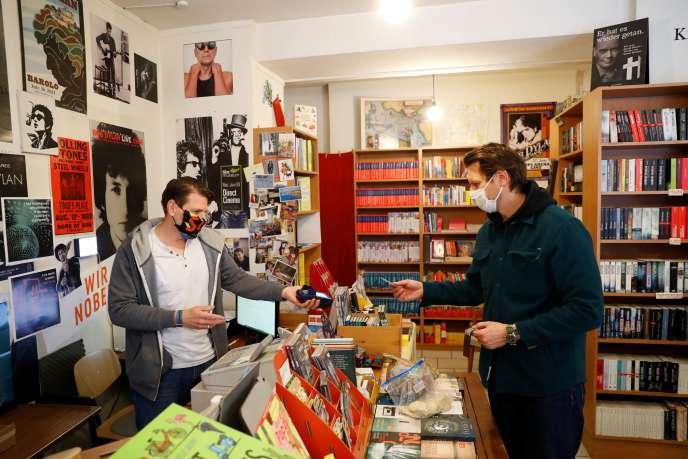 Un client dans une librairie de Vienne, le 14 avril.