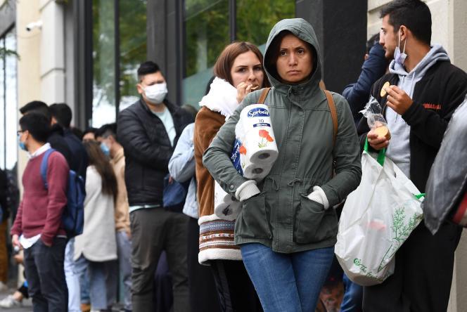 Des gens font la queue devant un centre social du gouvernement australien, le 23 mars à Melbourne.
