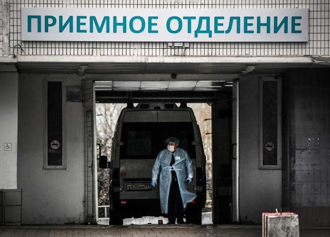 Une ambulance devant un hôpital, le 14 avril à Moscou.