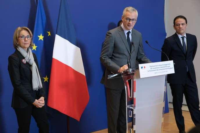 Bruno Le Maire (au centre), ministre de l'économie etdes finances , avec Florence Lustman, présidente de la Fédération française de l'assurance, et Cédric O, secrétaire d'Etat au numérique, en janvier 2020 à Paris.
