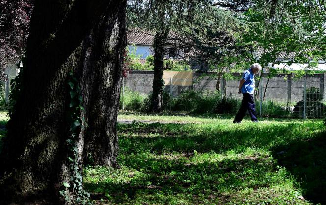 Dans le jardin d'un Ehpad à Bordeaux, le 14 avril.