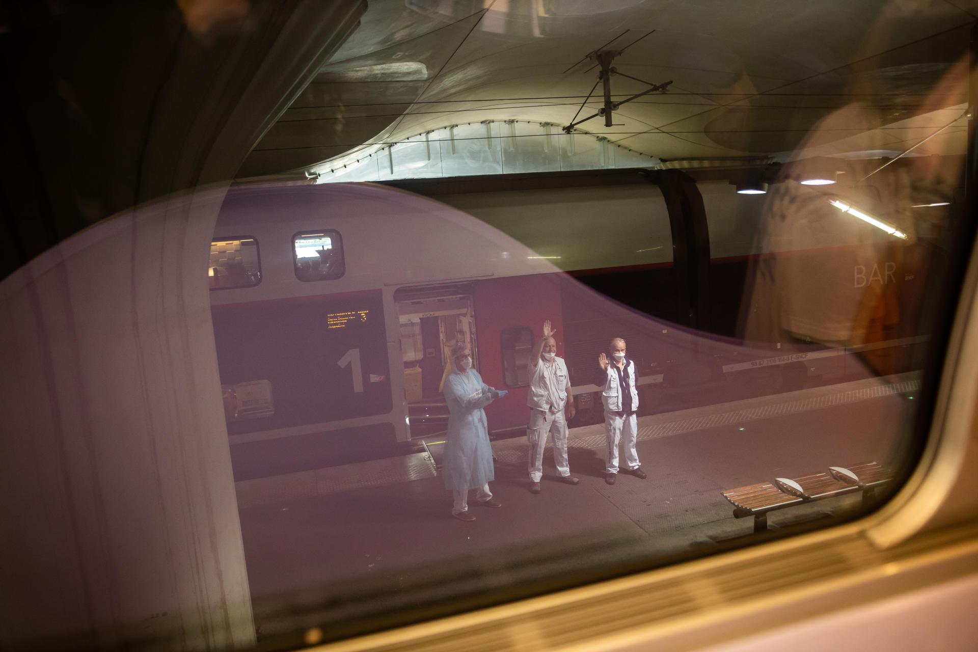 Il est 10h17, le train pour Bordeaux quitte les quais de la gare d'Austerlitz. Vingt-quatre patients atteints du Covid-19 sont à bord.
