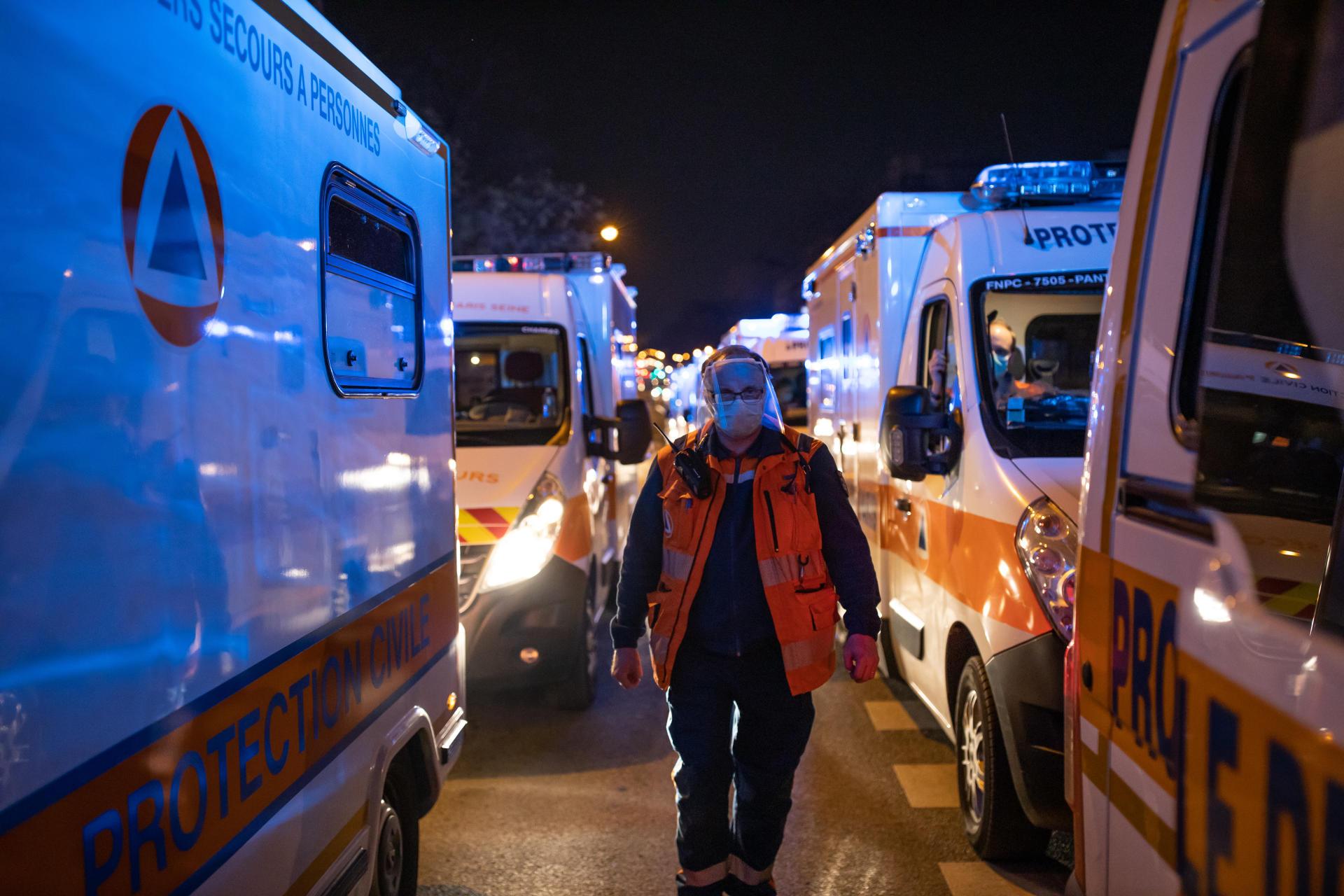 Les véhicules de la protection civile arrivent gare d'Austerlitz,à Paris, vendredi 10 avril, afin de récupérer le personnel médical et les brancards.