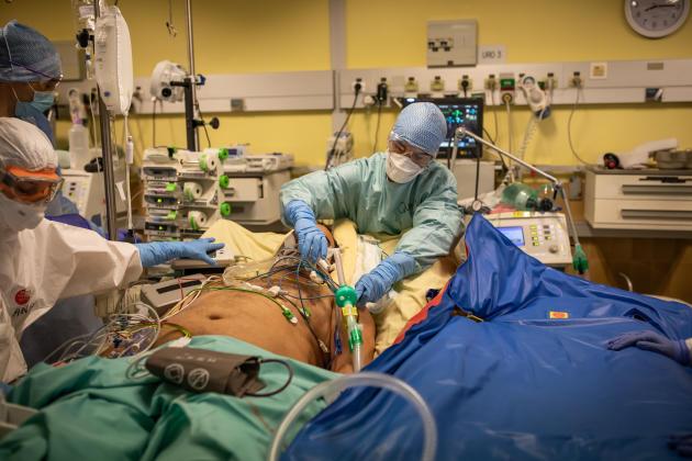 Dans le service de réanimation de l'hôpital Bichat, Quentin (en bleu), un médecin venu de Poitiers, prépare le transfert d'un patient.