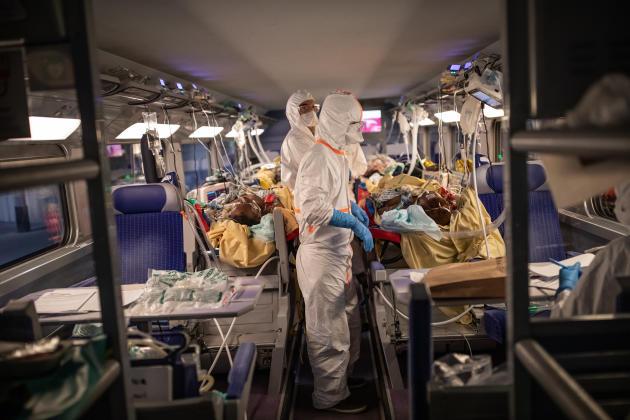 Les malades sont installés au niveau inférieur de chaque voiture, tandis que la logistique et la zone de repos sont à l'étage.