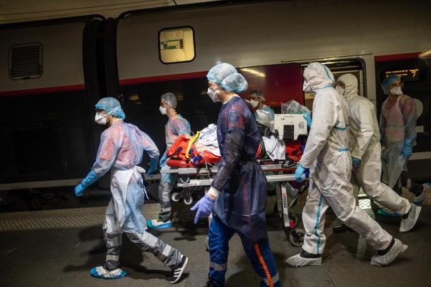 Gare d'Austerlitz, 8h42. Les équipes médicales procèdent à l'installation des patients dans les deux TGV.