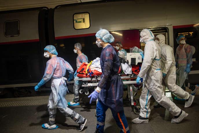 Opération Chardon de transport des malades à la gare d'Austerlitz, à Paris, le 10 avril.