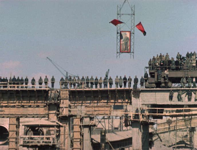 Des personnes rassemblées sur les toits sous le portrait de Staline lors de son enterrement à Moscou, le 9 mars 1953.