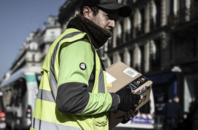 Livraison d'un colis Amazon, à Paris, le 19 mars.