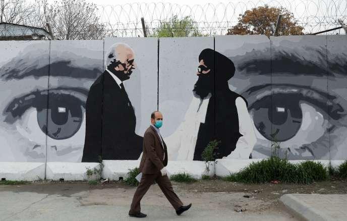 Une fresque murale à Kaboul en Afghanistan le 13 avril, représentant l'émissaire américain pour la paix en Afghanistan Zalmay Khalilzad, et le mollah Abdul Ghani Baradar, le chef de la délégation talibane.