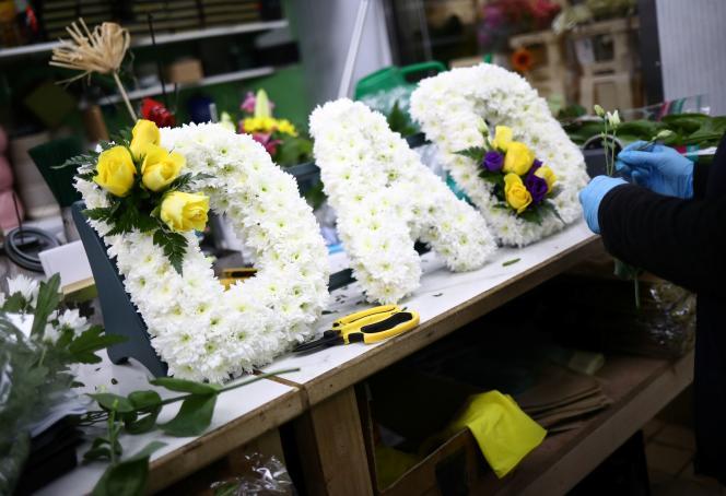 Une fleuriste prépare un hommage funéraire, le 15 avril à Londres.
