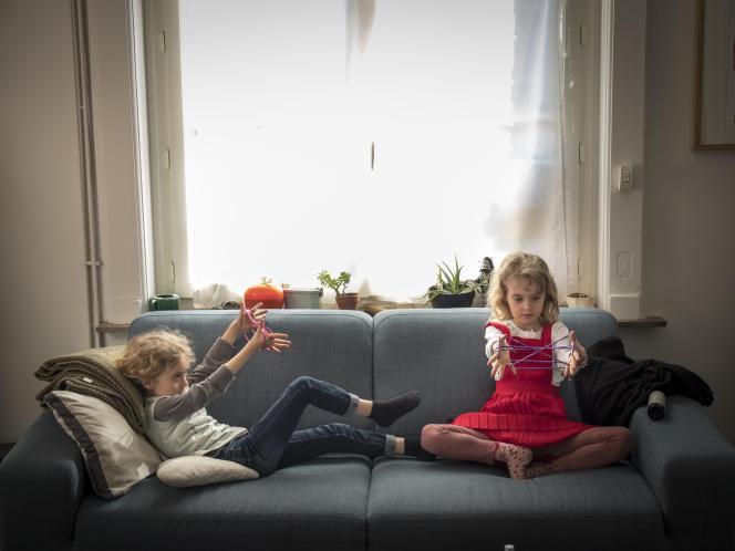 Deux fillettes de 7 ans s'amusent après avoir travaillé les mathématiques avec leurs parents, le 18 mars, à Lille.