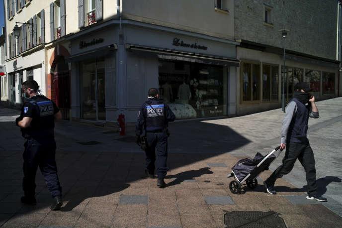 Des policiers municipaux patrouillent, le 8 avril à Sceaux (Hauts-de-Seine), alors que le maire de la ville a rendu le port du masque obligatoire.
