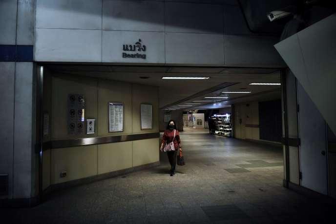 Une passagère arrive dans une gare vide, le 3 avril à Bangkok.