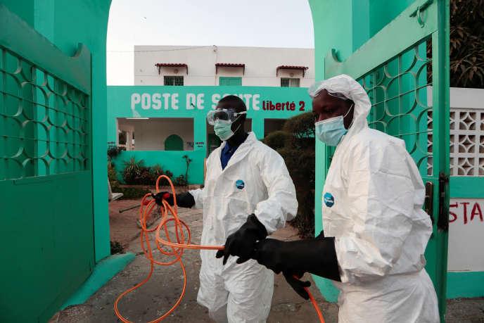 Désinfection d'un centre de santé à Dakar, le 1er avril 2020.