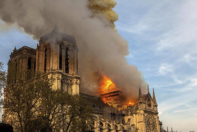 L'incendie du 15avril2019 a notamment provoqué l'effondrement de la flèche de la cathédrale, érigée par Eugène Viollet-le-Duc au XIXe siècle.