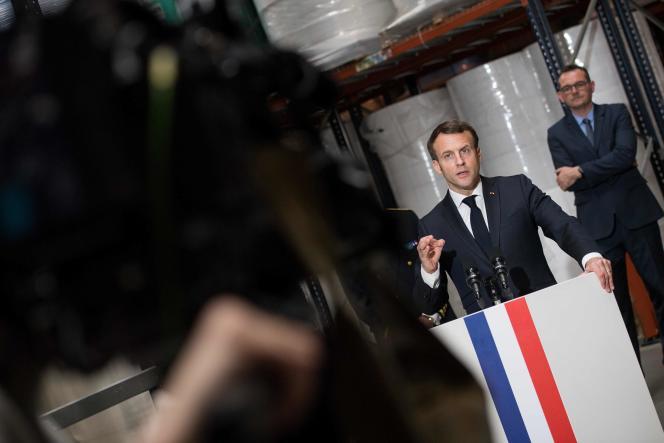 Emmanuel Macron, dans une usine de fabrication de masques de protection, le 31 mars àSaint-Barthélemy-d'Anjou (Maine-et-Loire).