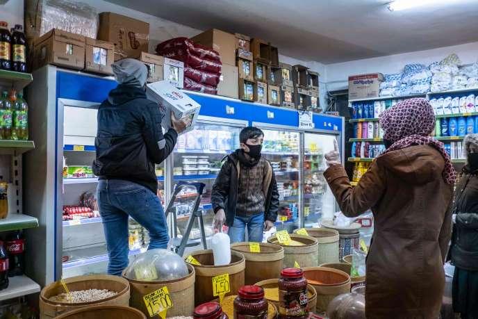 Des clients se précipitent pour se procurer de la nourriture avant le couvre-feu, le 10 avril àIstanbul.