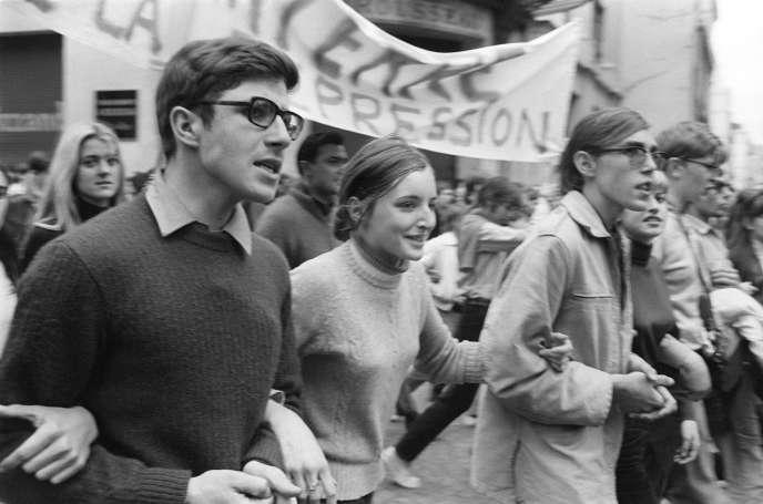 Etudiants lors de la manifestation unitaire avec les syndicats pour appeller à la grève générale, le 13 mai 1968, à Paris.
