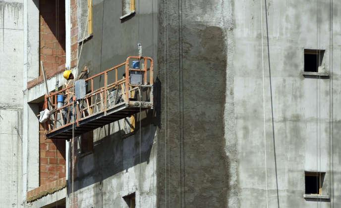Un ouvrier du bâtiment sur un chantier en banlieue d'Alger, en juillet 2015.