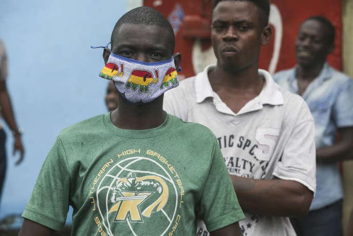 Un homme porte un masque artisanal à Libreville, le 8avril 2020.
