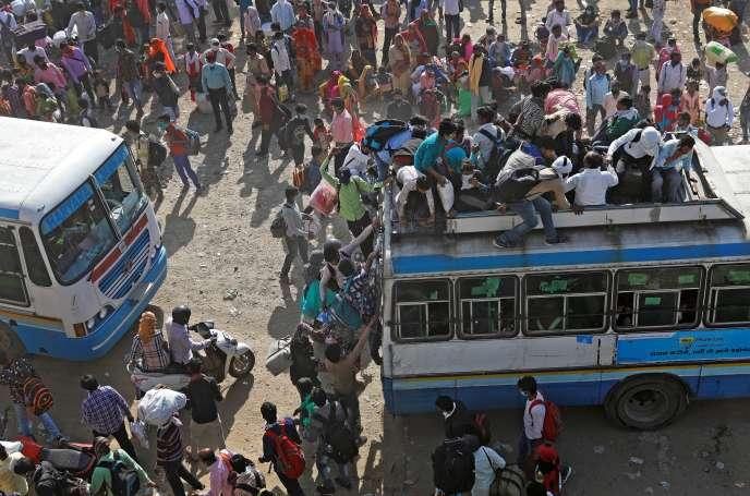 A la gare routière de Ghaziabad (banlieue de New Delhi), le 29 mars, des flots de travailleurs pauvres se ruent sur les bus pour rejoindre leurs villages.