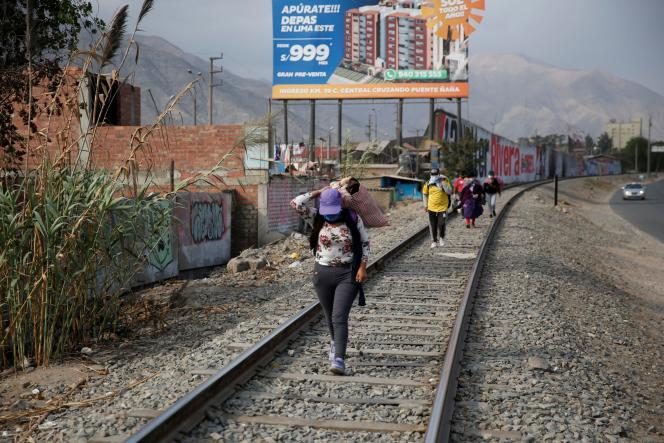 Des Péruviens ont quitté Lima et marchent le long d'une voie ferrée à Matucana, au Pérou, mardi 15 avril, pour tenter de rejoindre leur région d'origine.