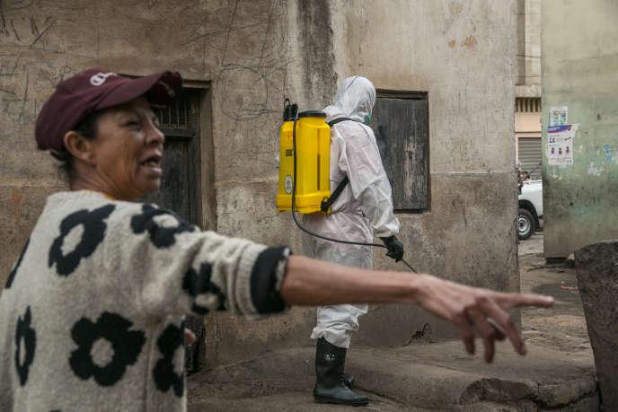 Un agent de santé désinfecte les rues à Antananarivo, le 3avril 2020.