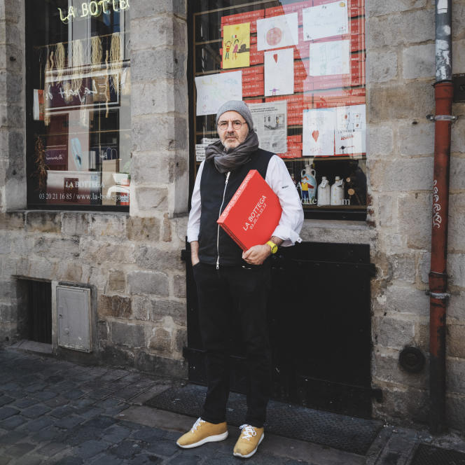 Gilberto d'Annunzio devant son épicerie-restaurant La Bottega, fermé à cause du confinement, à Lille, le 15 avril 2020.