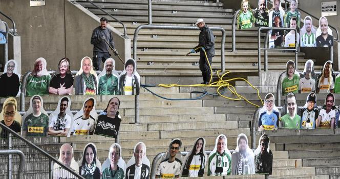 Les supporteurs du club allemand de Mönchengladbach ont faitréaliser leurs effigies grandeur nature pour les installer dans le stade dans la perspective de la reprise des matchs à huis clos.