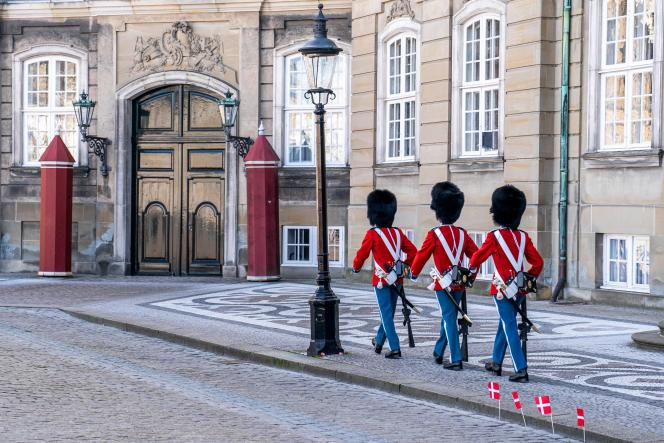 Au Danemark, près de la moitié des écoliers, petits drapeaux à la main, ont été invités à regagner leur établissement après un mois de fermeture.