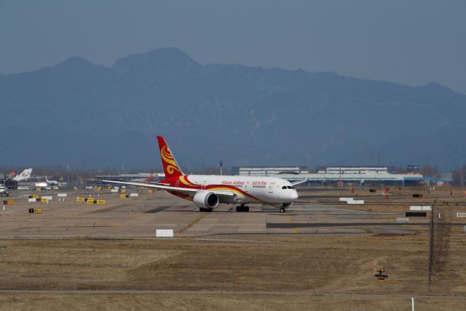 Un avion de la compagnie Hainan Airlines, à l'aéroport international de Pékin, le 13 mars.