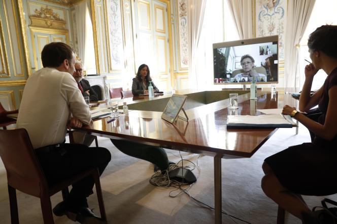 Emmanuel Macron en visioconférence avec la virologueFrançoise Barré-Sinoussi, du comité analyse recherche et expertise, à l'Elysée, le 16 avril.