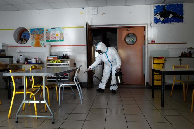 Un technicien désinfecte une salle de classe, le 10 avril à Cannes (Alpes-Maritimes).