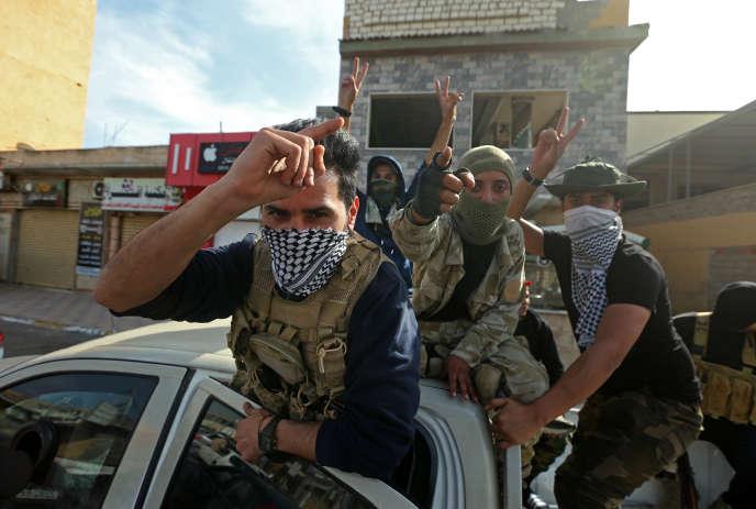 Des combattants du gouvernement d'accord national (GAN) fêtent la reconquête de la ville côtière de Sabratha, en Libye, le 13avril.