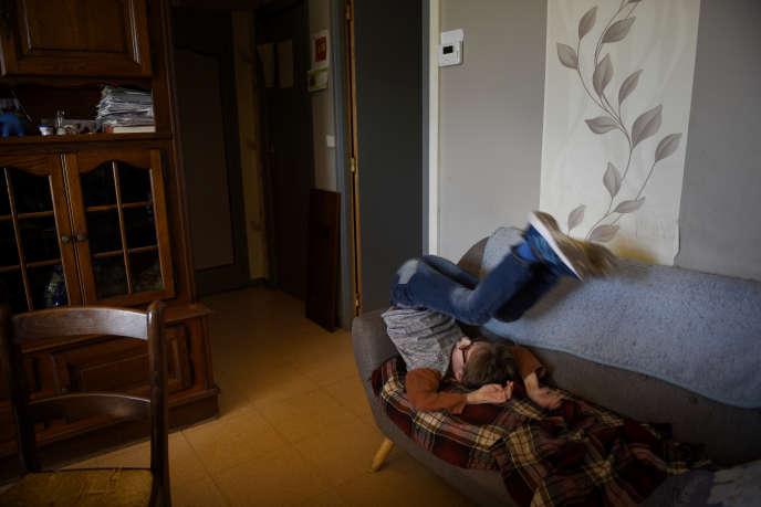 12 heures, chez Jean-Pierre, sa compagne Véronique et leur fils William, 9 ans, légèrement handicapé. Montivilliers. Atteint d'une maladie pulmonaire, Jean-Pierre fait partie du public à risque. Lui et son fils William ne sont pas sortis depuis un mois de l'appartement. C'est Véronique qui s'occupe des courses. William reçoit des contenus vidéo de son IME très régulièrement mais ses copains et ses éducateurs lui manquent. Dans la région le virus paraît loin parce que la contamination est faible en Normandie pour l'instant. Depuis le 17 mars 2020, les Français doivent restés confinés chez eux afin d'éviter la propagation du coronavirus. Montivilliers, Normandie, France, 14 avril 2020.
