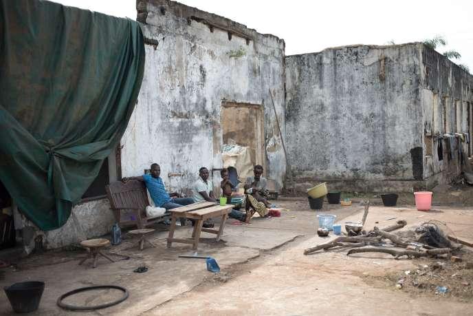 Des déplacés vivent dans des maisons en ruine, le 28 octobre 2019 à Bangui (République centrafricaine).