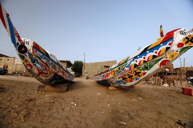Des pirogues de pêche de haute mer, près de Dakar, le 11 avril 2020.